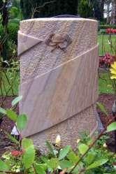 Grabstein Stele mit umlaufendem Band, Plastisch gearbeitetes Feuerwehrsymbol, Oberflächen fein gespitzt und geschliffen
