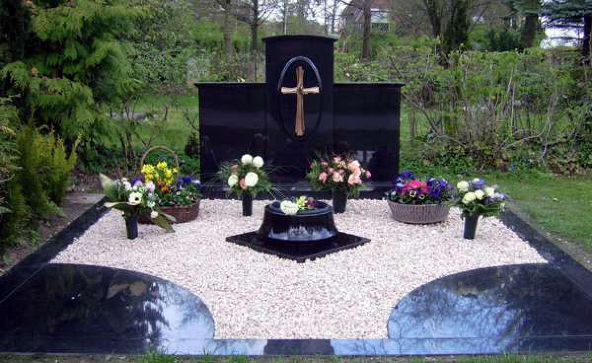 Grabstätte mit Abdeckplatten, Kies und Schale